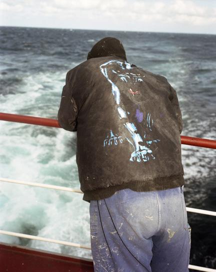 man kijkt over zee
